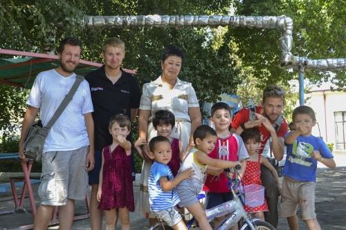 LEGO og fodbolde til børnehjem i Uzbekistan